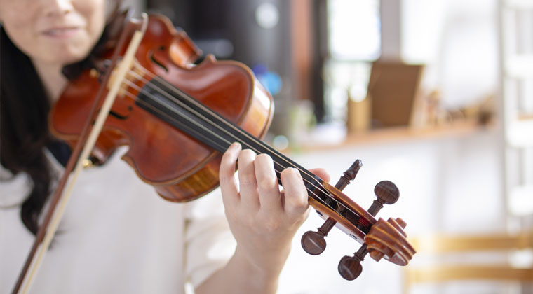 adult violinist beginner practicing at home