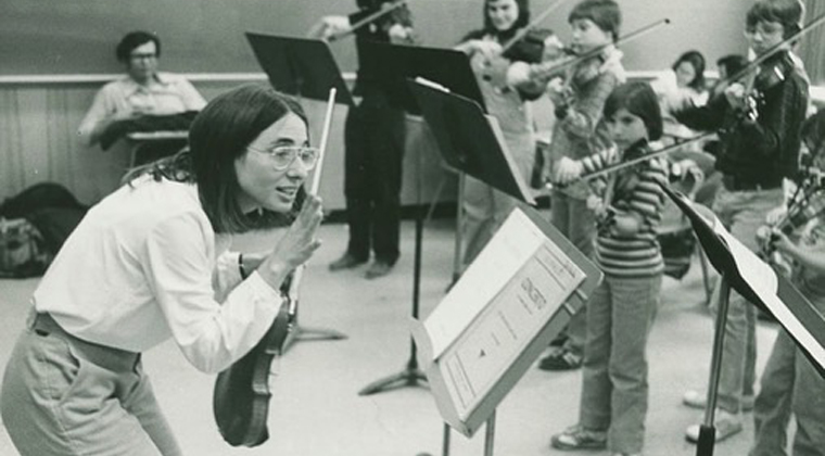 Mimi Zweig teaching young violin students in 1978