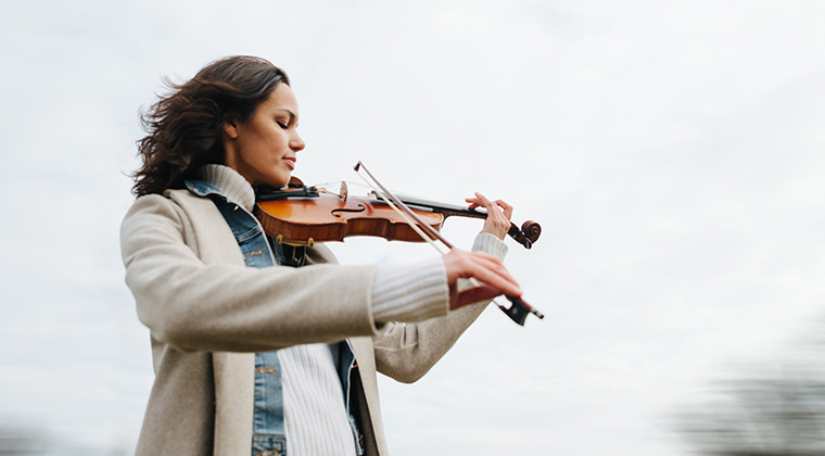 woman-in-cold-weather-plays-violin